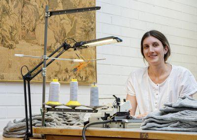 Muotoilijatar Anna Petelin työssään.