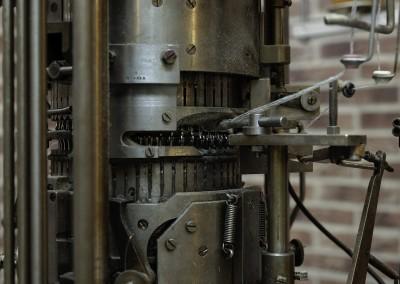 Neulontakoneiden rummuissa on koneen koosta riippuen 48, 52 tai 56 neulaa kussakin. Tarkkakorvainen villasukkamestarimme vaihtaa tarvittaessa katkenneet neulat uusiin.