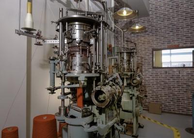 Uskolliset Komet Knitterit työn touhussa. 1920-luvulla suunniteltuihin valta-akseli-koneisiin lisättiin sähkömoottorit jo 1950-luvulla.